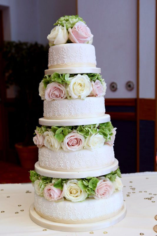 4-tier-fleur-de-lys-wedding-cake-blocked-with-fresh-flowers-SMALL