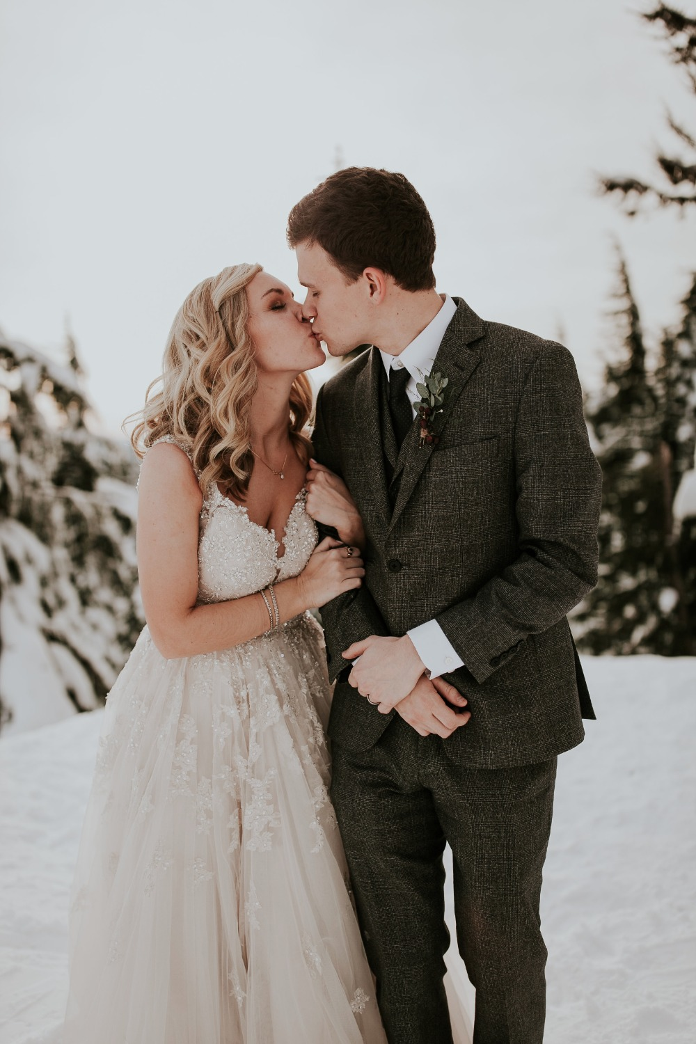 535500_frosty-little-lodge-wedding-at-the-top